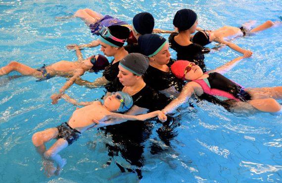 """gidroreabilitologi rasskazhut i pokazhut kak zanimatsja v vode s detmi so sma. besplatno — БФ """"Александра"""""""